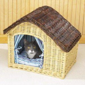 сплести домик для кошки из газетных трубочек